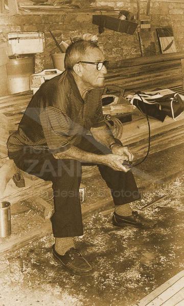 Ritratto di Nedis Tramontin all'interno dello squero - Agosto 2004