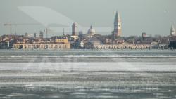 Venezia si specchia sulla laguna ghiacciata
