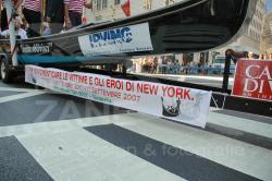 Una gondola sfila alla parata del Columbus Day dopo aver disceso il fiume Hudson da Albany a NYC