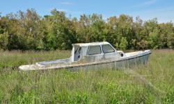Cabinato in vetroresina abbandonato in barena (laguna di Venezia) - 05/2021