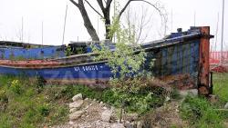 Relitto del barcone Johnson abbandonato nell'area del Polo Nautico San Giuliano - 2004